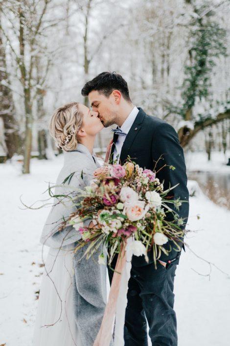 Moderne Kalligrafie, Handlettering Ute Schmidt: Brautpaar im Schnee küsst sich