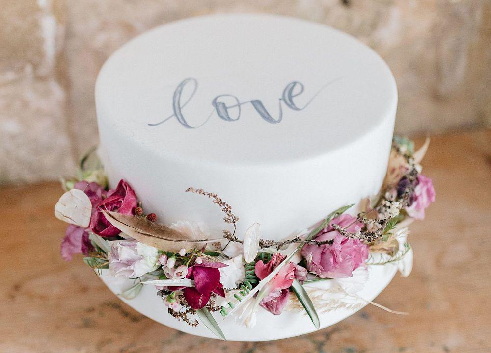 Moderne Kalligrafie, Handlettering Ute Schmidt: Hochzeitstorte mit Schriftzug Love