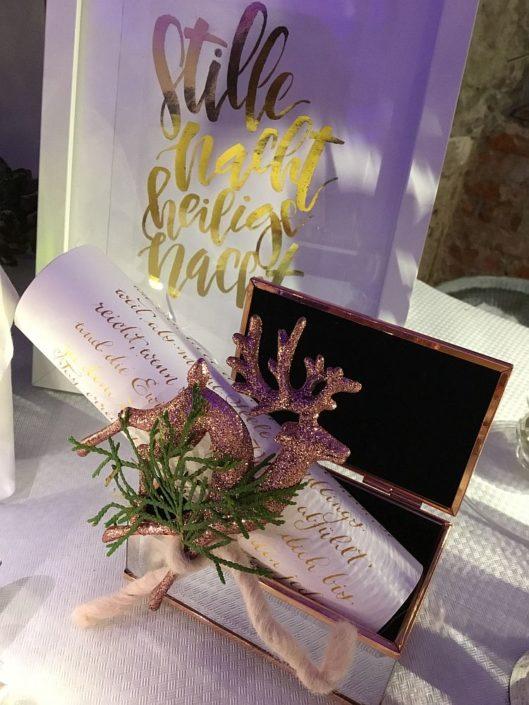 Moderne Kalligrafie, Handlettering Ute Schmidt: Festliches Arrangement zu Weihnachten mit Schatzkiste und Schriftzug in Bilderrahmen