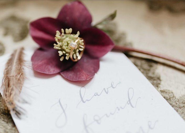 Moderne Kalligrafie, Handlettering Ute Schmidt: Schriftzug mit Blüte und Ehering