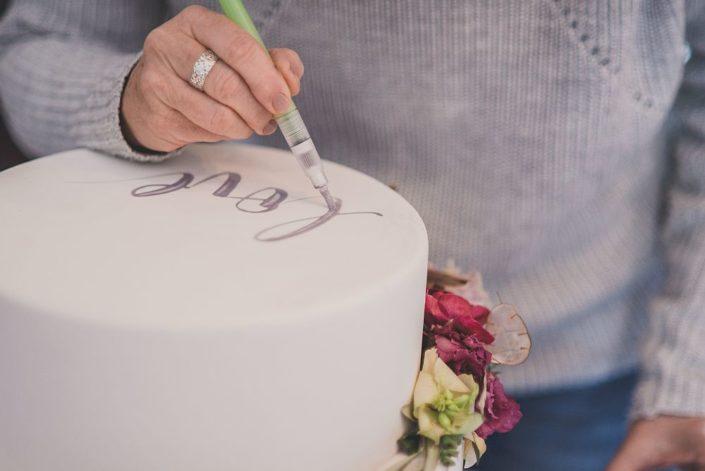 Moderne Kalligrafie, Handlettering Ute Schmidt: Ute Schmidt beschriftet Hochzeitstorte