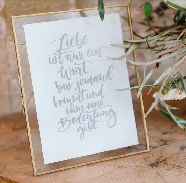 Moderne Kalligrafie, Handlettering Ute Schmidt: Liebesgedicht in Bilderrahmen auf Tisch
